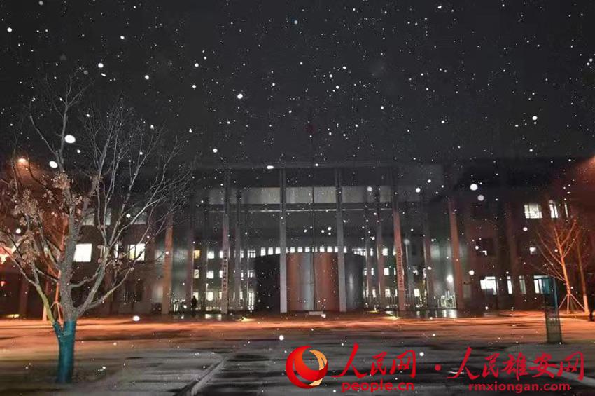 �D��5日(ri)晚雄安新(xin)�^(qu)市(shi)民(min)服��(wu)中心雪景(jing)。��(liu)向� �z