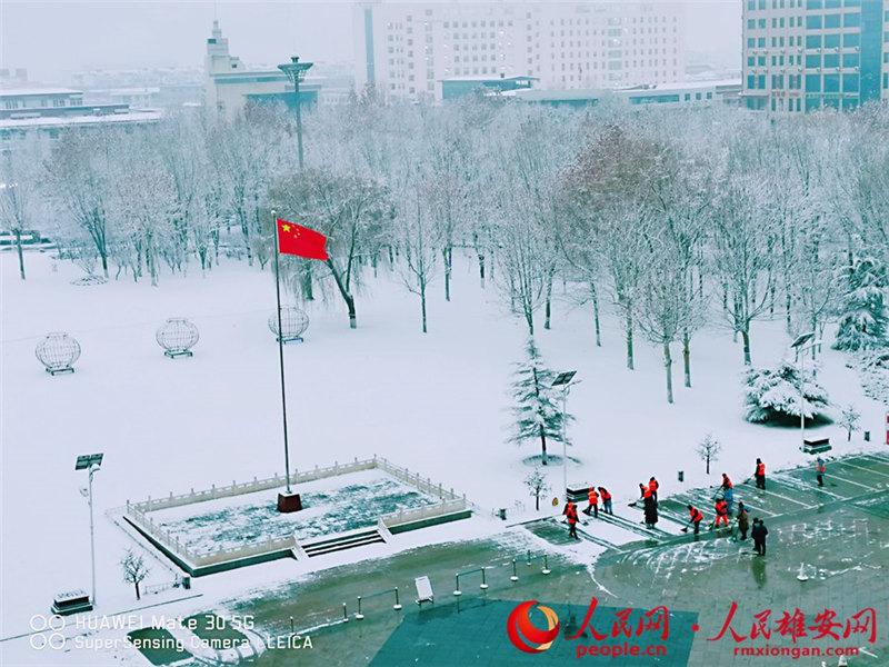 雄(xiong)安�U�允�(shou)�L雪(xue)中(zhong) 打(da)好人民�稹耙摺�