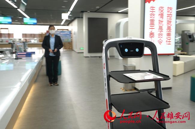 雄(xiong)安疫情(qing)防控科技�十足 �C器人送文(wen)件一�a�承行�^